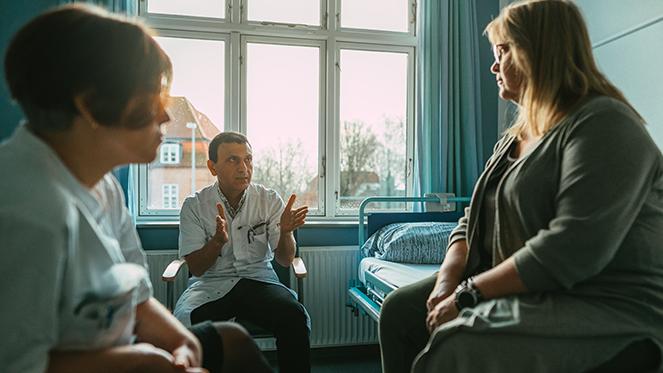 Læge der taler med patient